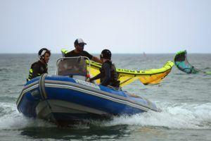 Equipo de salvamento en clase de kitesurf en tarifa
