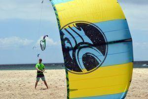 Instructor certificado de kitesurf en la playa de Tarifa