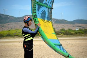 Alumno con vela de windsurf en Tarifa