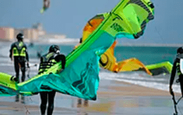 Clases de Kitesurf, practica en la playa, kite local school tarifa