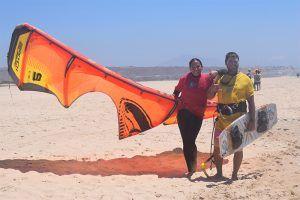 alumna y profesor de kite local school en Tarifa verano 2018 clases de kite kitesurf y surf