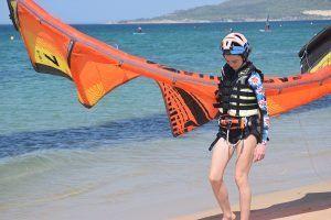 clases de kite en tarifa una estudiante a punto de iniciar la práctica